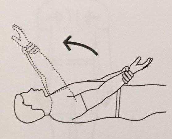 بالا آوردن دست از سمت جلو در حالت خوابیده به پشت، توسط دست سالم